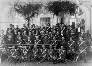 Группа офицеров полка в Павловском дворце с командиром генерал-майором графом М.И.Граббе в офицерском собрании полка.