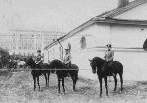 Участники конных состязаний в бригаде перед выездом на плац.