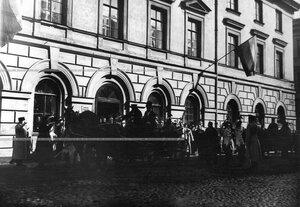 Царский экипаж у здания канцелярии полка в день полкового праздника.