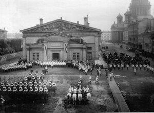 Парад в день полкового праздника у Конногвардейского манежа.