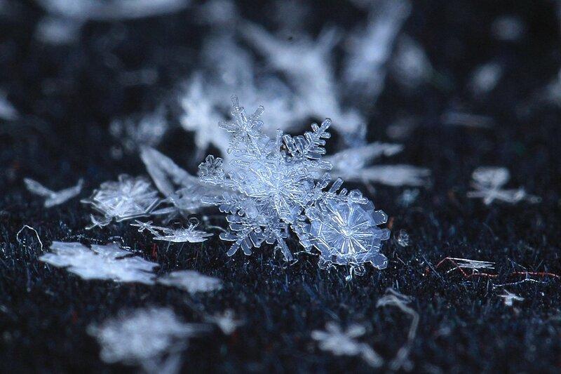 шестилучевые снежинки на подложке