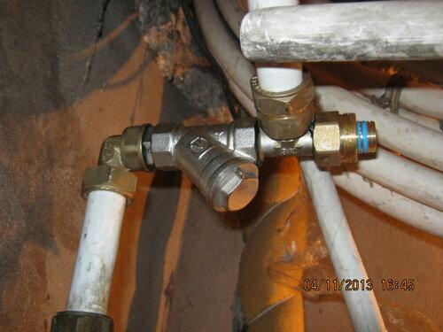 Уголок, фильтр и тройник склеены сантехническим гелем
