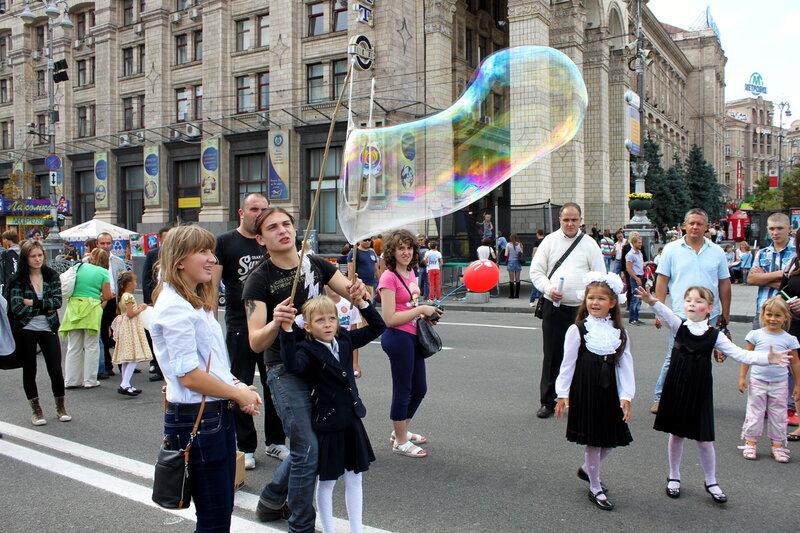 Запускание мыльных пузырей на Крещатике