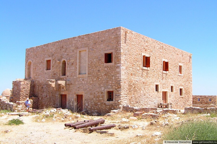 Здание на территории крепости и старые пушки. Ретимно, Крит, Греция.