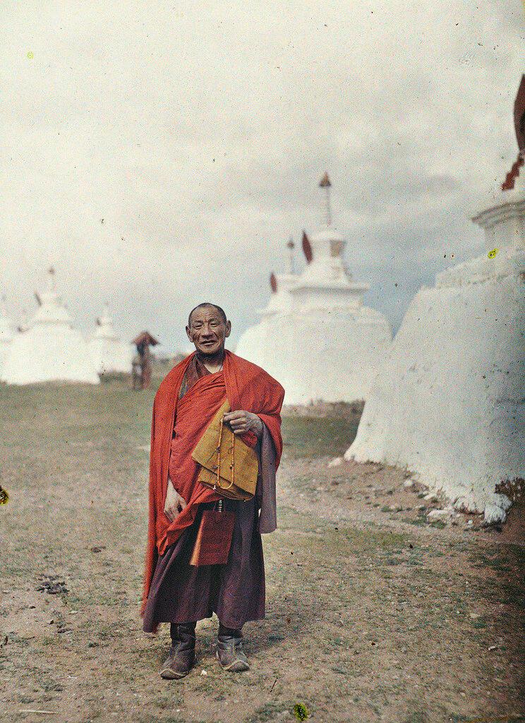 Лама у буддийских ступ