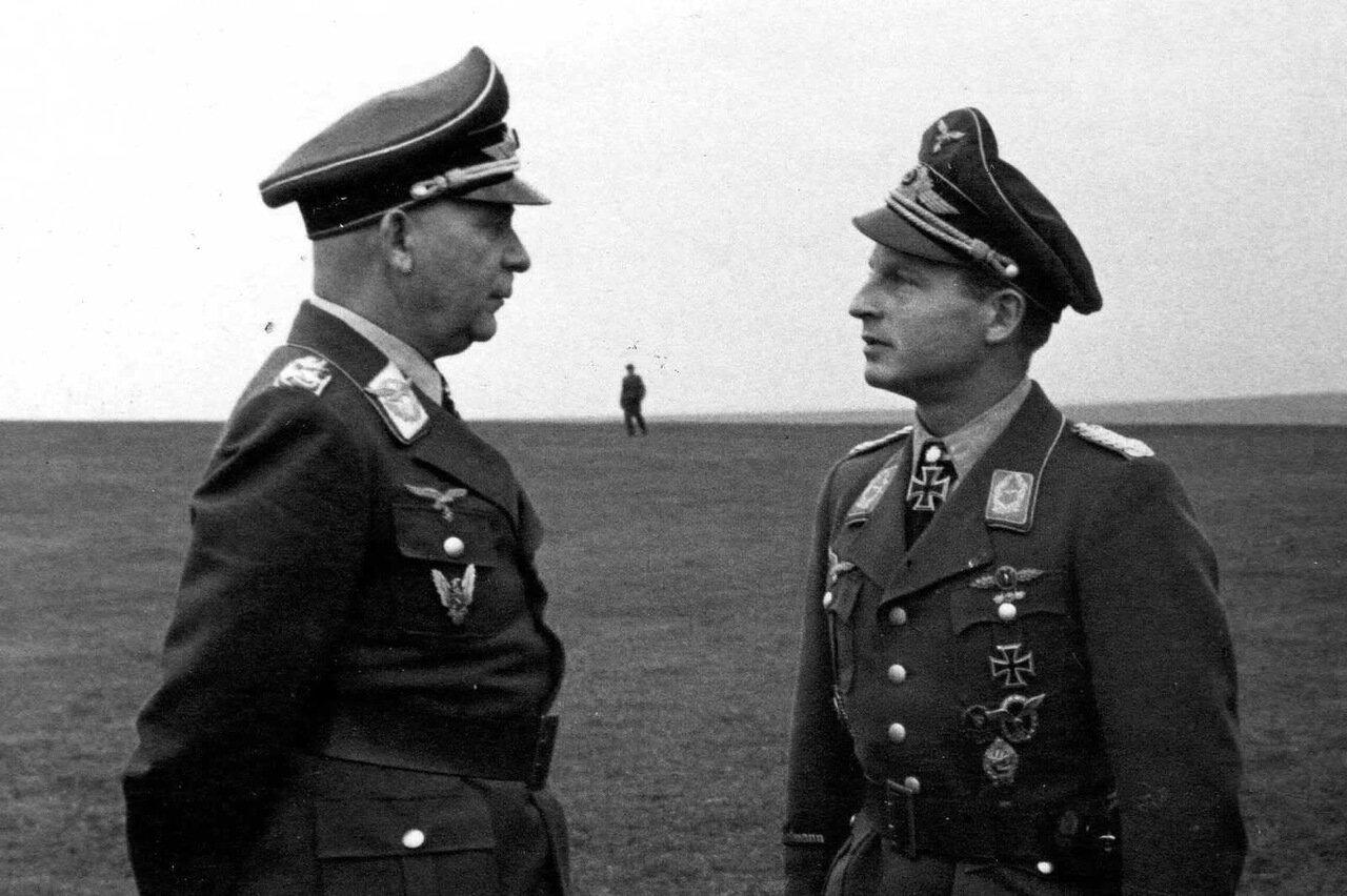 1944. Командующий 4-м авиационным командованием генерал-полковник Люфтваффе Отто Деслох и командир II./StG2 майор доктор Махсимилиан Отте (незадолго перед гибелью)