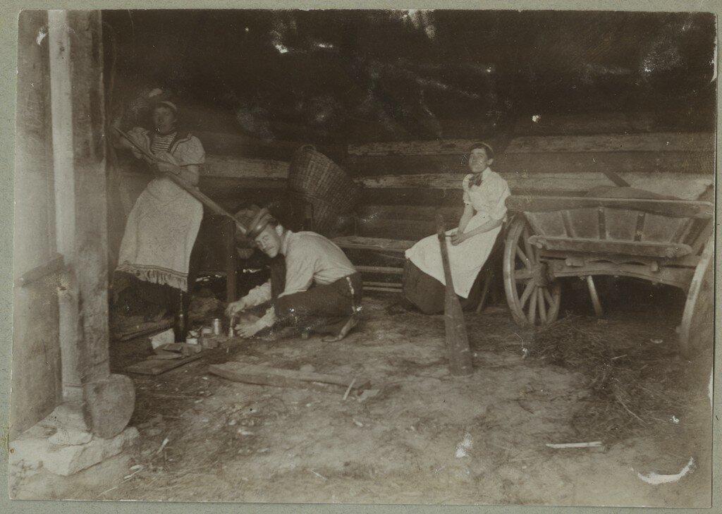 1900. Люди, работающие на ферме