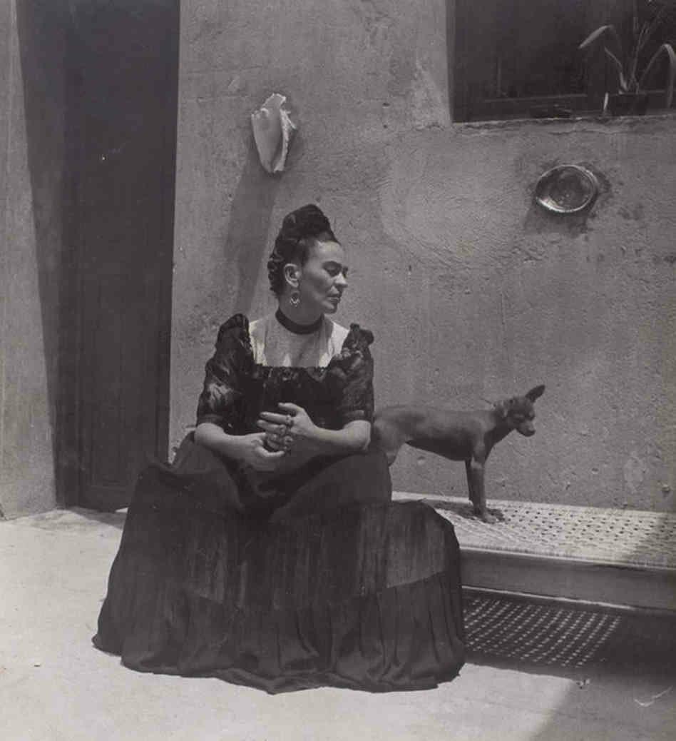 1944. Фрида Кало с собакой