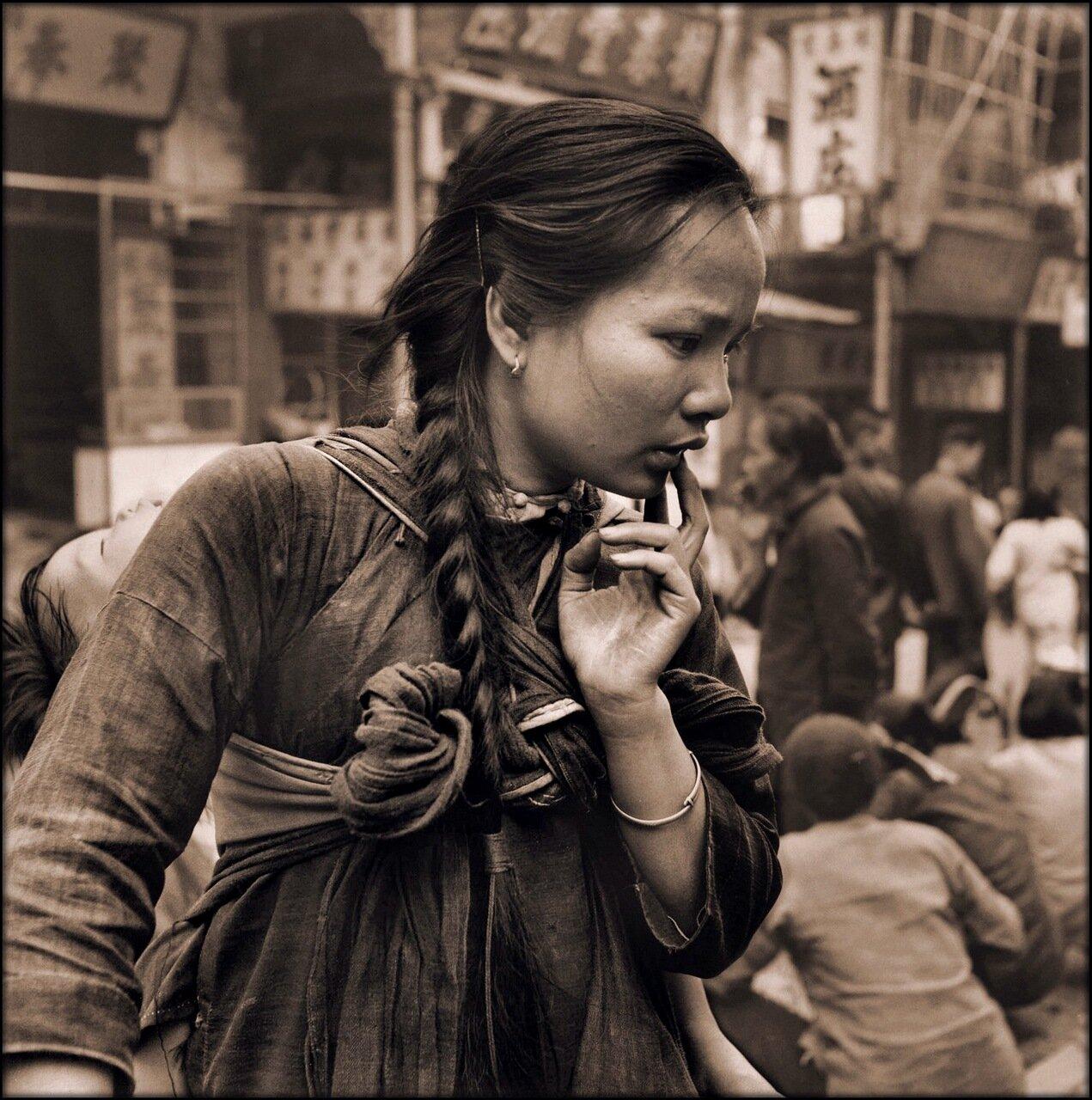 1946. На рынке. Молодая мать с ребенком на спине, Гонконг