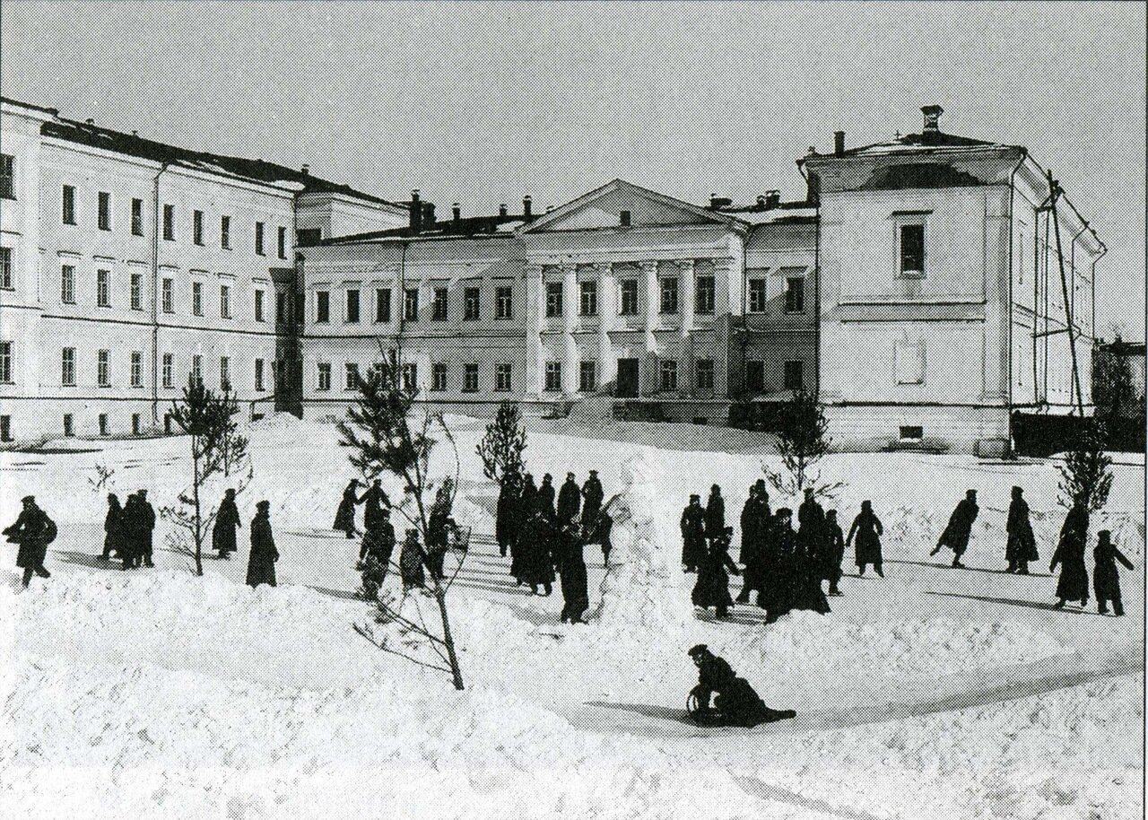 Кадетский корпус. Зимние развлечения во дворе корпуса. Начало ХХ века
