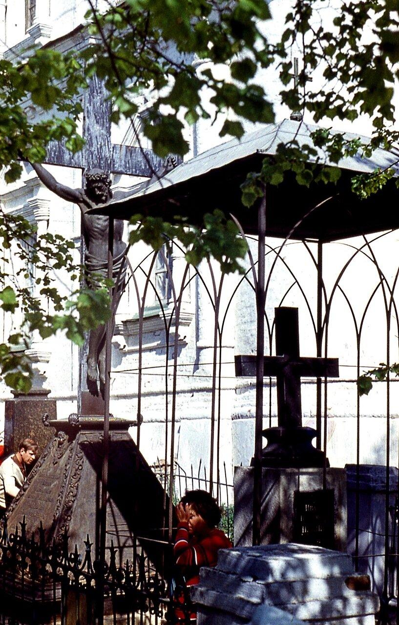30.  Церковное  кладбище