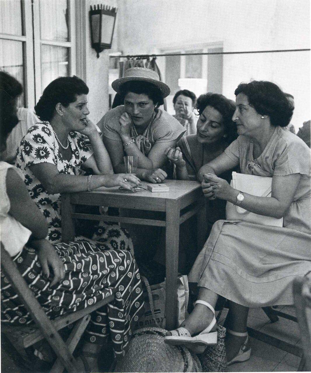 1949 В Тель-Авивском кафе на улице Ха-Яркон