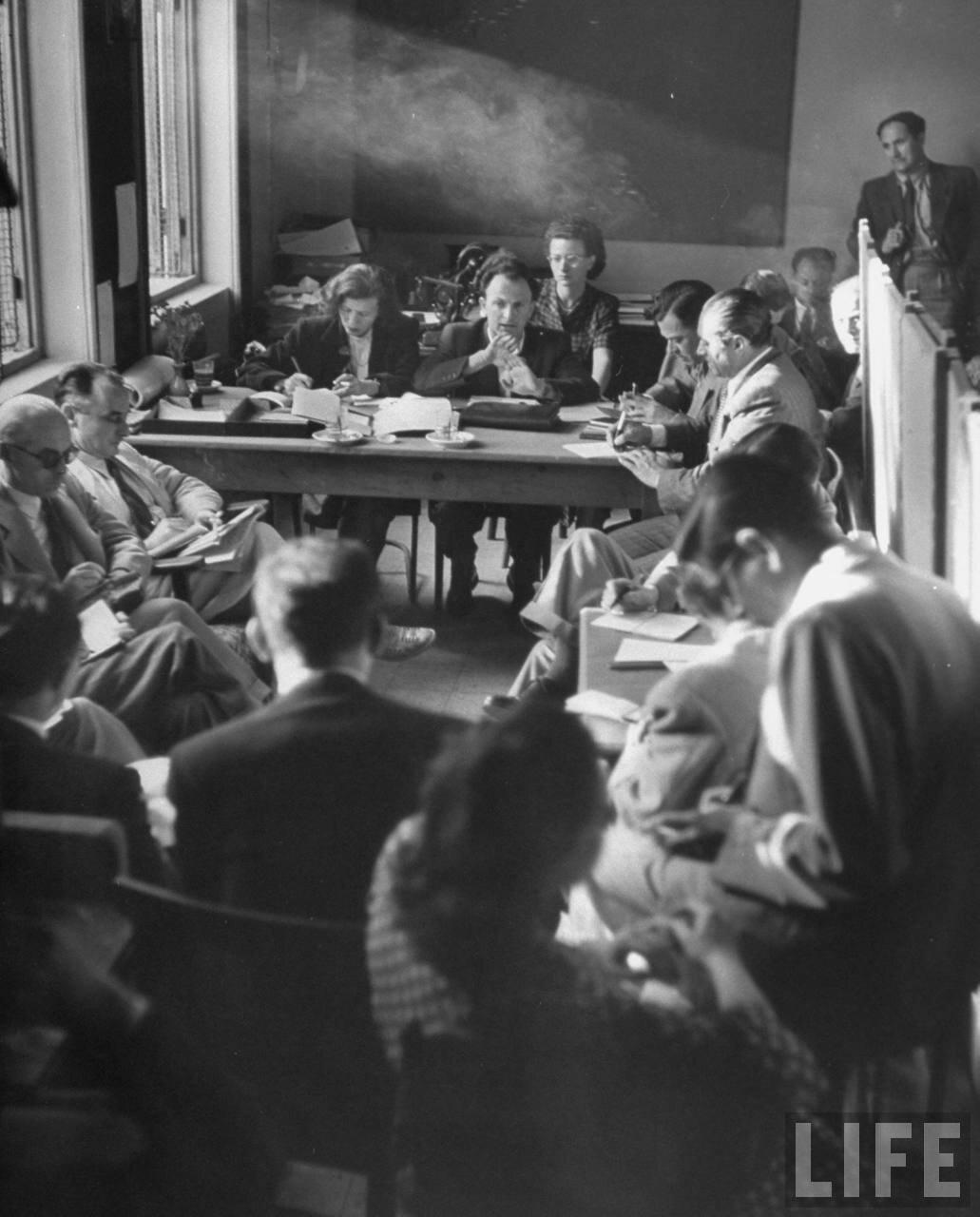 1948. Пресс-конференция министра иностранных дел Моше Шарета (в центре)