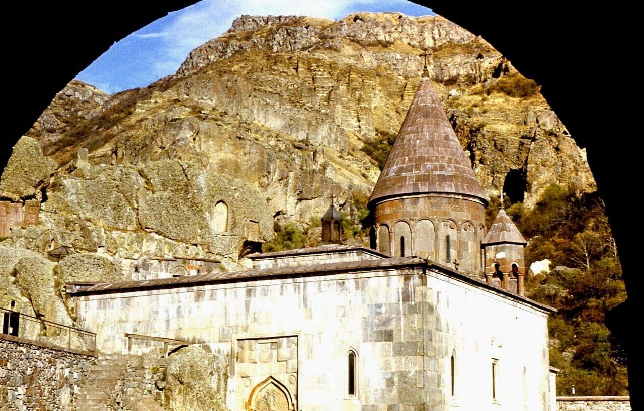 3.  Монастырь  Гехард  (основан  в  IV в.)