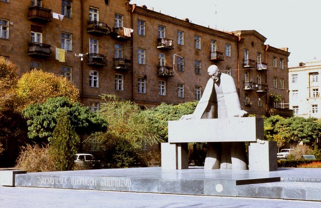 13.  Памятник   архитектору Таманяну