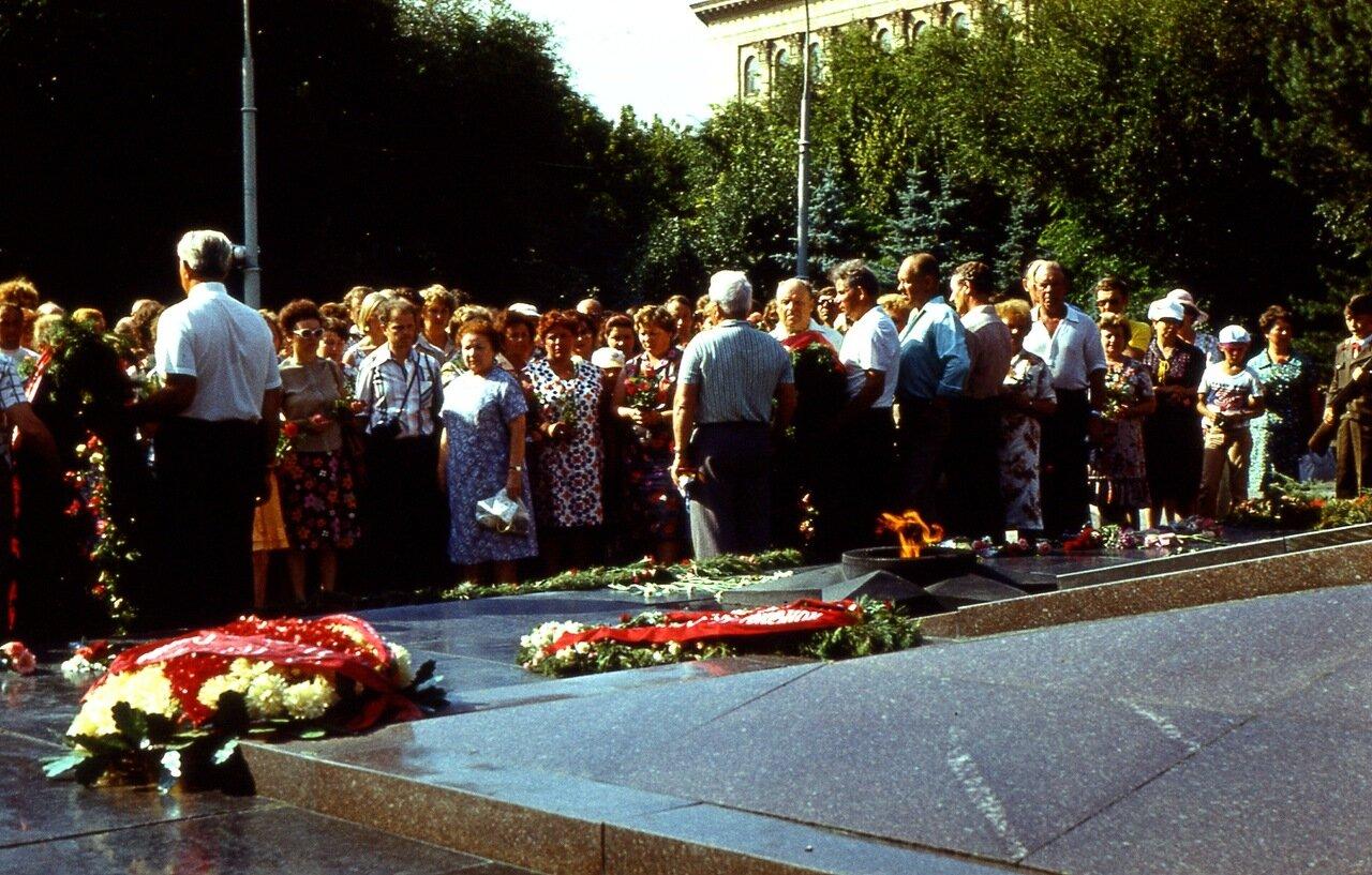 65. ...на  площади  Павших  борцов