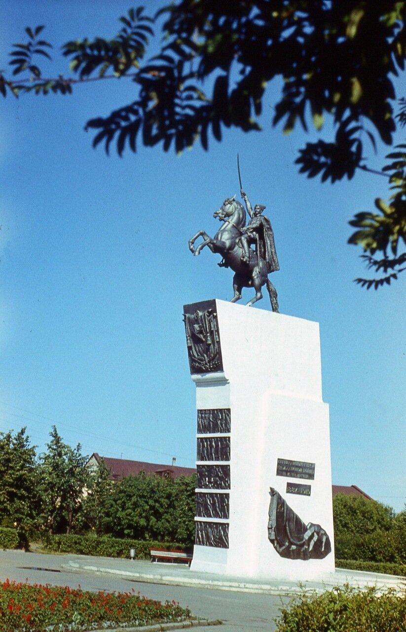 112.  Памятник  В.И.Чапаеву