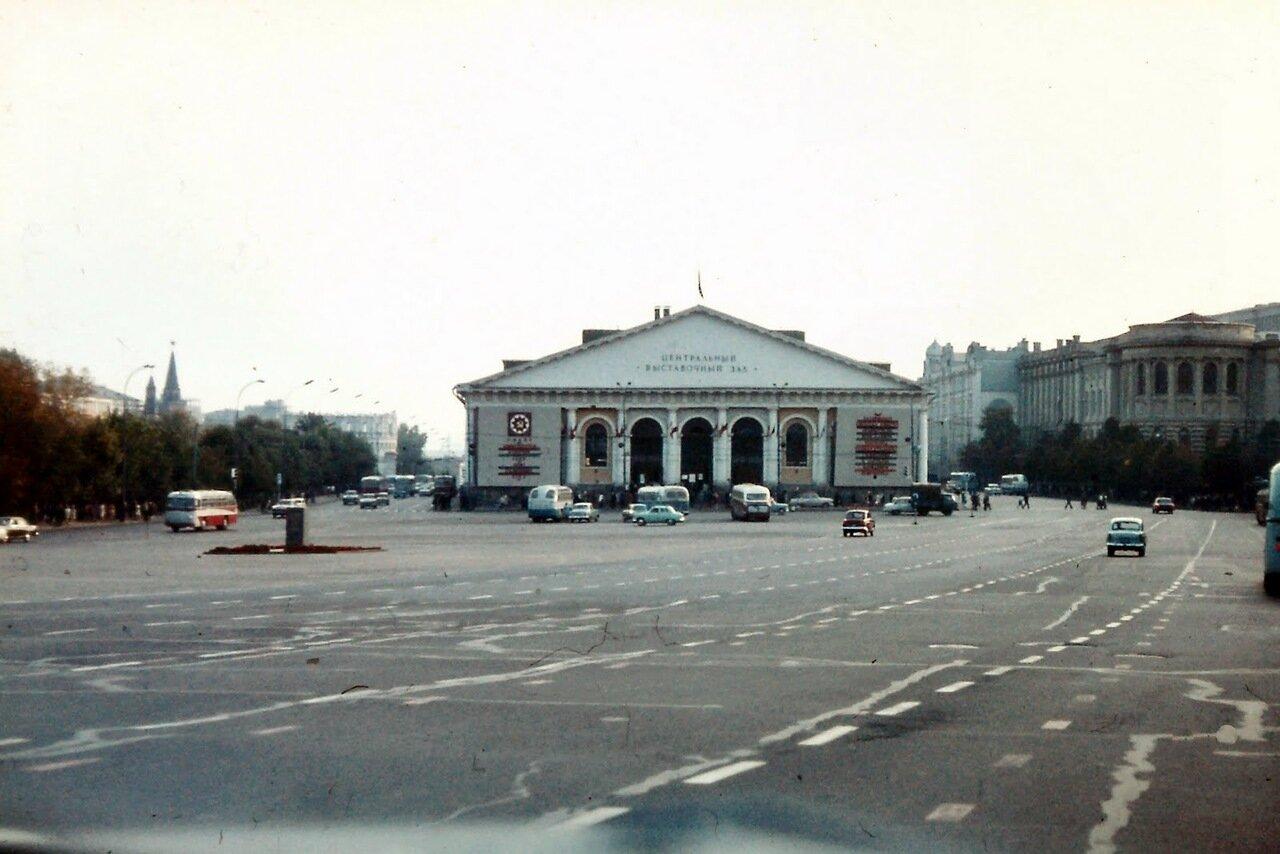 MOSCOU - Le Manège. Il fut construit de 1817 à 1825 pour célébrer le cinquième anniversaire de la victoire de la Russie sur les troupes de Napoléon et servit au début pour abriter les parades de cavaliers et une école d'équitation pour officiers.