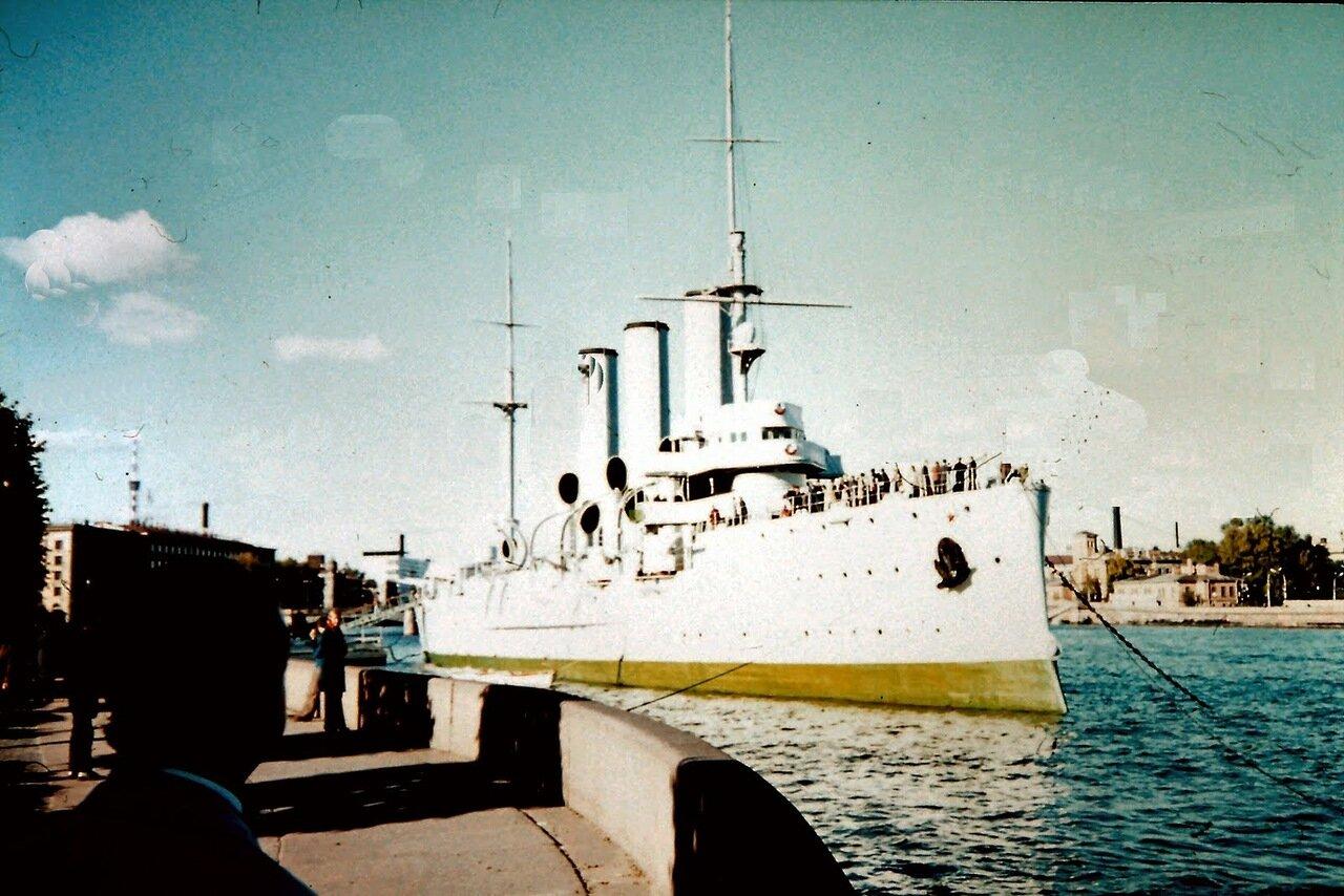 Léningrad - Le croiseur Aurore. Le 25 octobre 1917, lors de la révolution d'Octobre, un tir à blanc du croiseur signala le début de l'attaque sur le Palais d'Hiver.