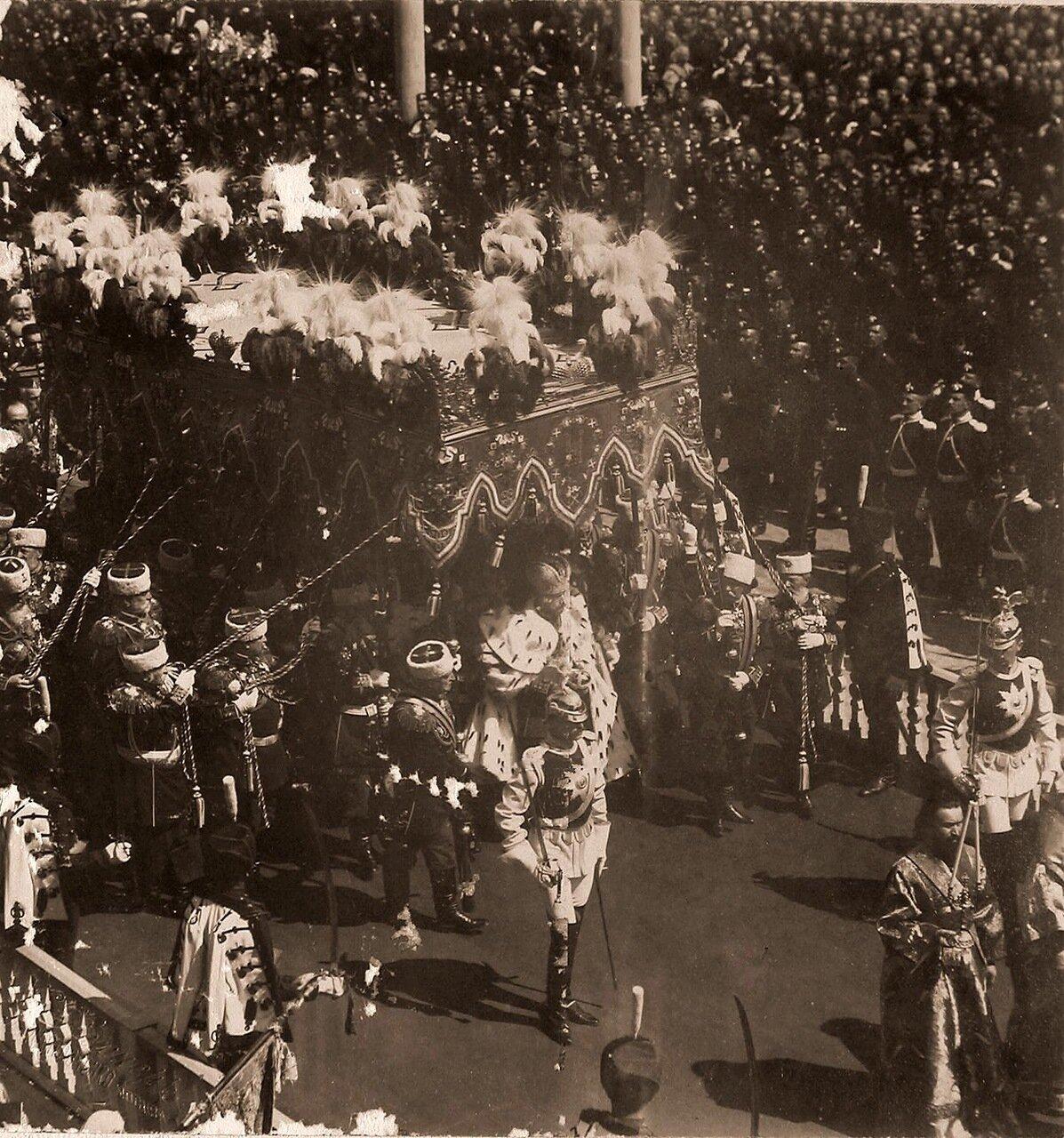 Торжественное шествие императора Николая II (под балдахином) в сопровождении свиты по окончании церемонии коронации в Успенском соборе Кремля