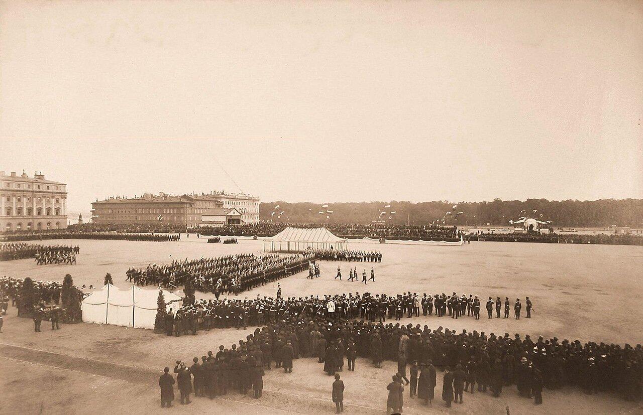Лейб-гвардии Павловский полк проходит торжественным маршем по Марсову полю на параде в честь 100-летнего юбилея полка