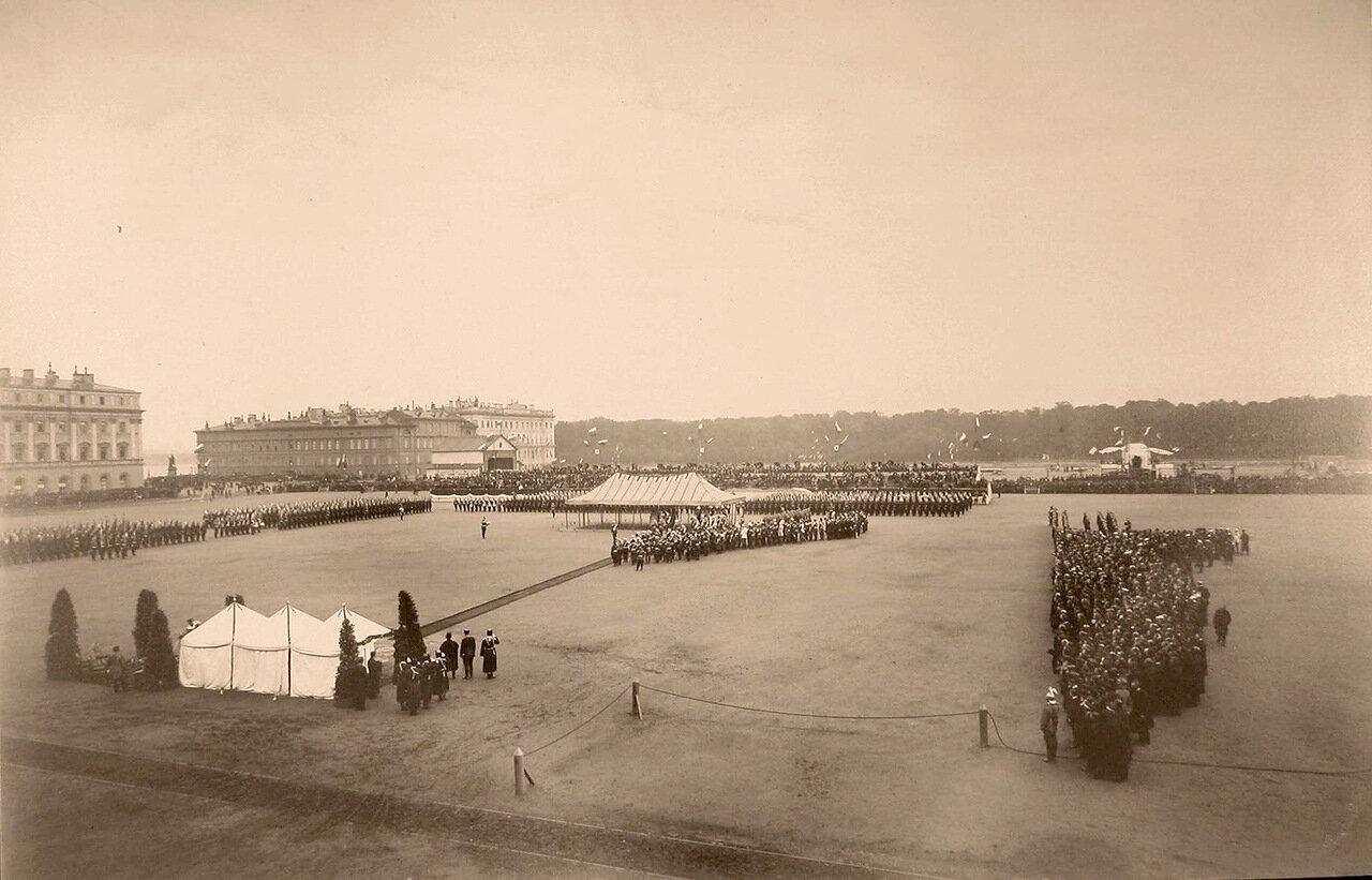 Лейб-гвардии Павловский полк, военные и гражданские чины, гости, горожане на Марсовом поле в день празднования 100-летнего юбилея полка