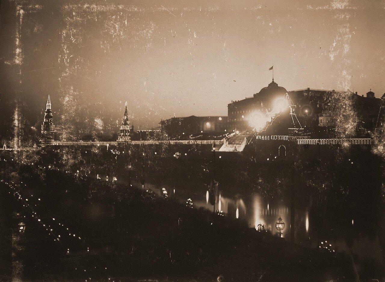 Вид на празднично иллюминированный в честь торжества коронации Кремлевсий дворец (справа) и Водовзводную башню (слева); на втором плане слева - [Боровицкая] башня