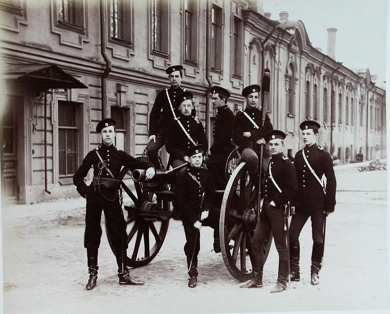 12.  Группа пажей - воспитанников корпуса - у артиллерийского орудия