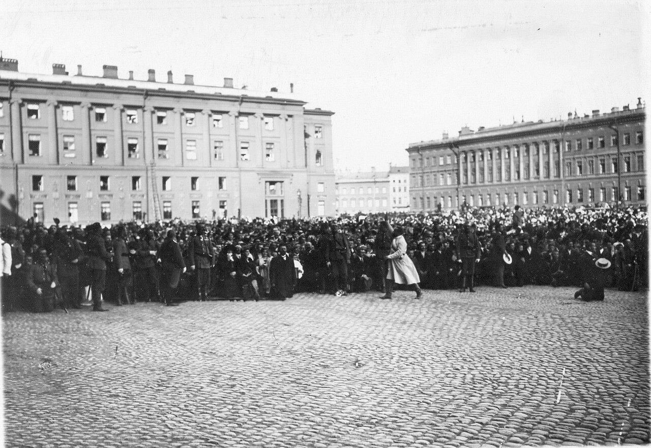 Манифестанты на Дворцовой площади ожидают выхода императора Николая II