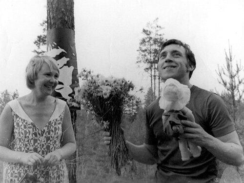 Подарок Владимиру Высоцкому от Галины Астафьевой на «Лесном концерте» под Сосново на озере Лампушка Ленинградской области. Фото 1 июля 1972 года
