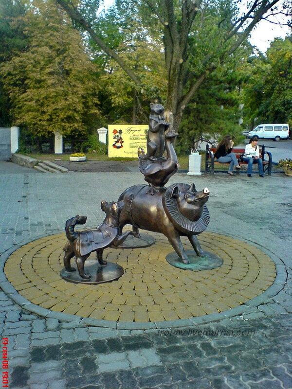Египетская пирамида из животных, Таганрог