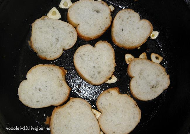 Гребешки на гренках в сливочно-грибном соусе с креветками на подушке из рукколы