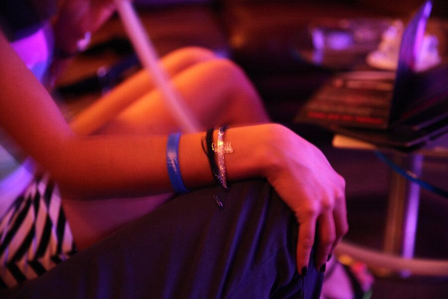 Русские девчонки в клубе дают стриптизерам фото 433-454