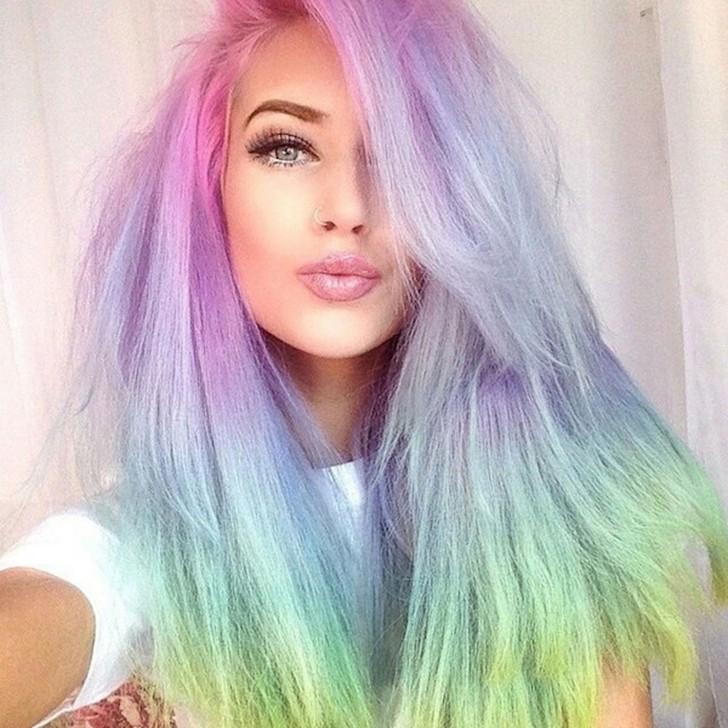 12. Радужное окрашивание Волосы, окрашенные во все цвета радуги, — один из самых модных трендов этой