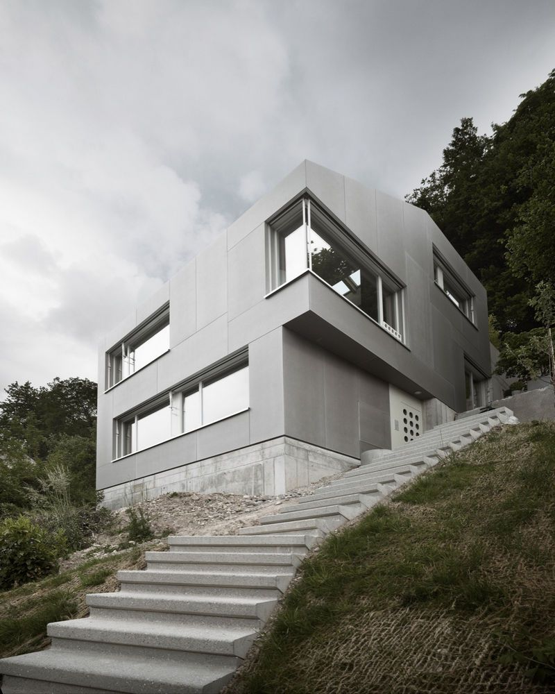Мощный дом на склоне