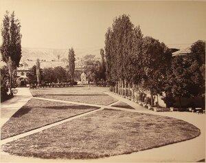 Вид территории ханского дворца; слева на втором плане - Южные въездные ворота. Бахчисарай.