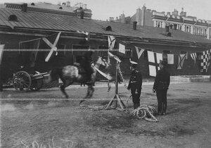 Конные состязания в бригаде на плацу рубка каната на полном скаку.