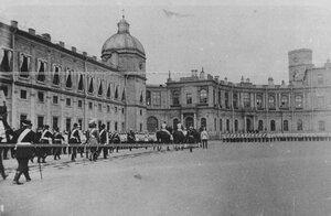 Императрица Мария Федоровна  принимает  парад полка перед Гатчинским дворцом.