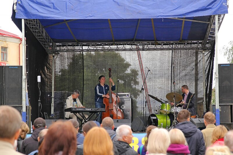 Сцена на Спасской на фестивале «Джаз над Вяткой» - джазовое трио
