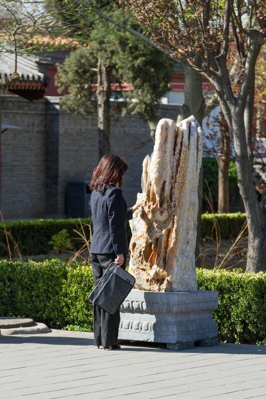 Девушка около камня, Парк Цзиншань, Пекин