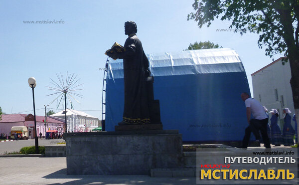 Памятник Петру Мстиславцу на центральной площади города