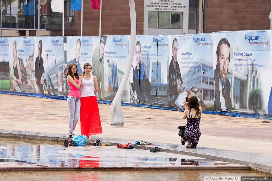 Девушки фотографируются на площади Тысячелетия в Саранске