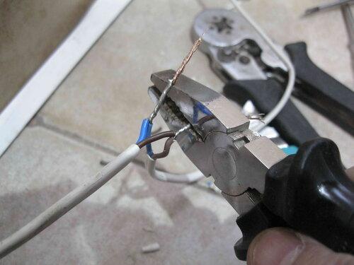 Фото 21. Излишки скруток (по длине) удаляются с помощью режущей части плоскогубцев.