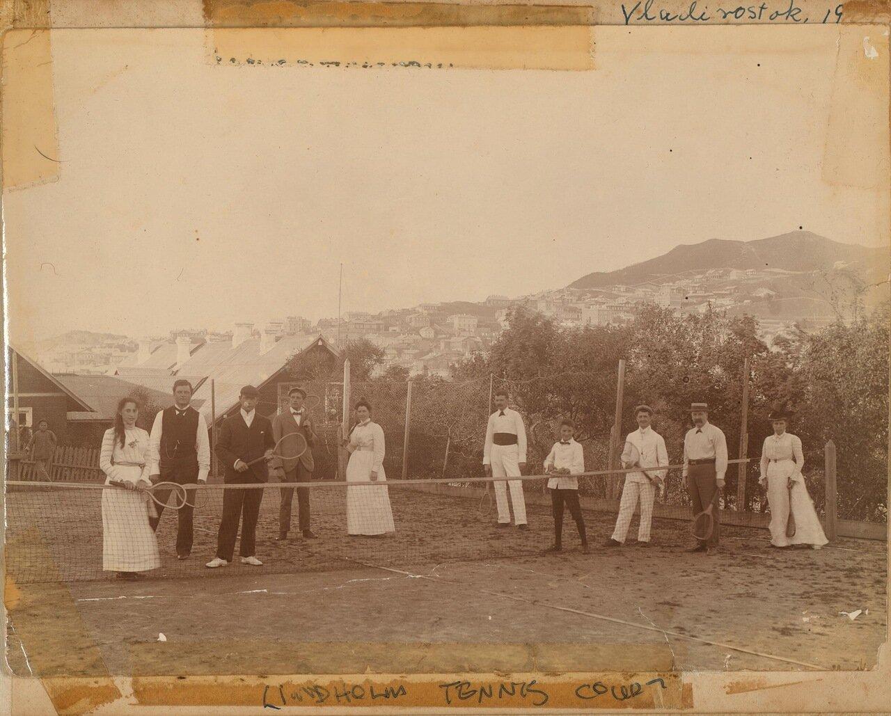 Теннисный корт у дома Линдхольмов. 1901