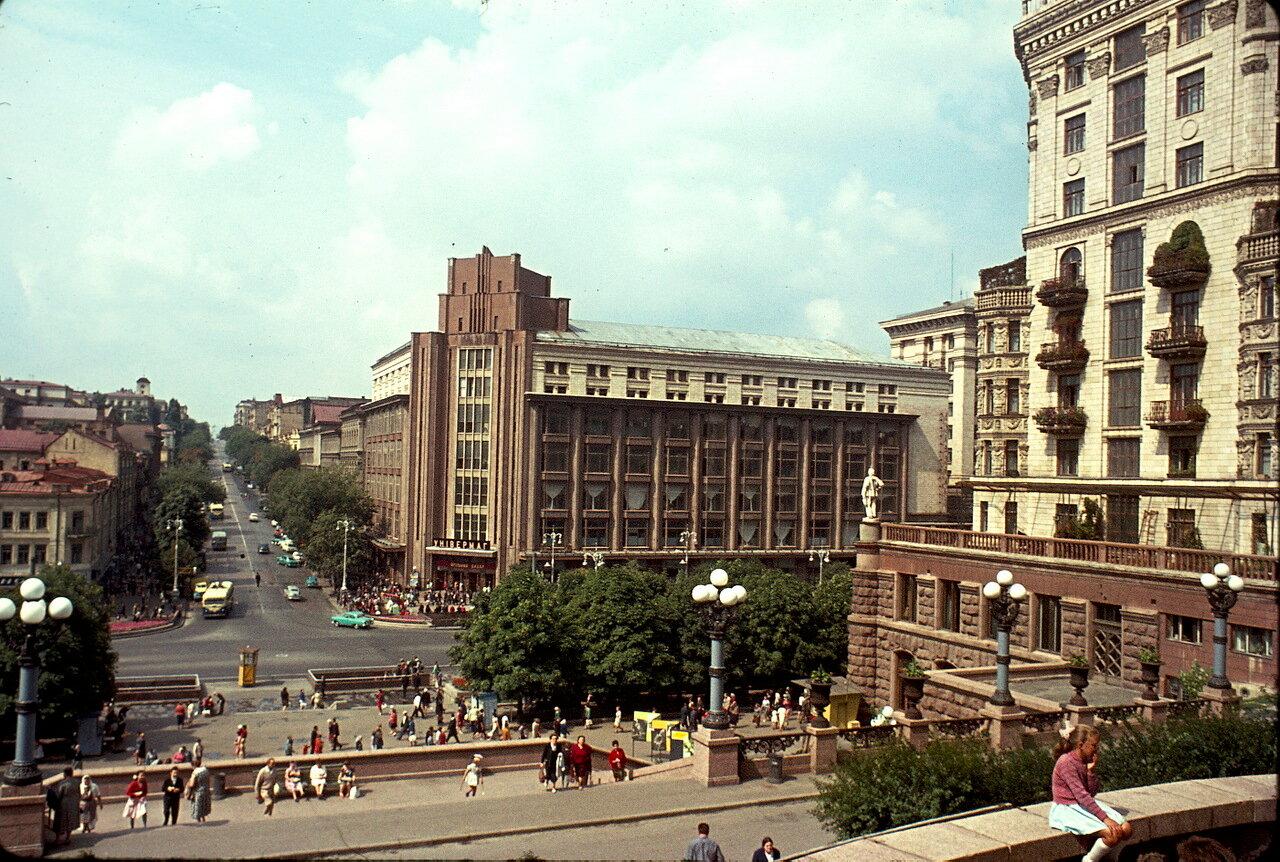 Киев. На углу улиц Крещатик и Ленина