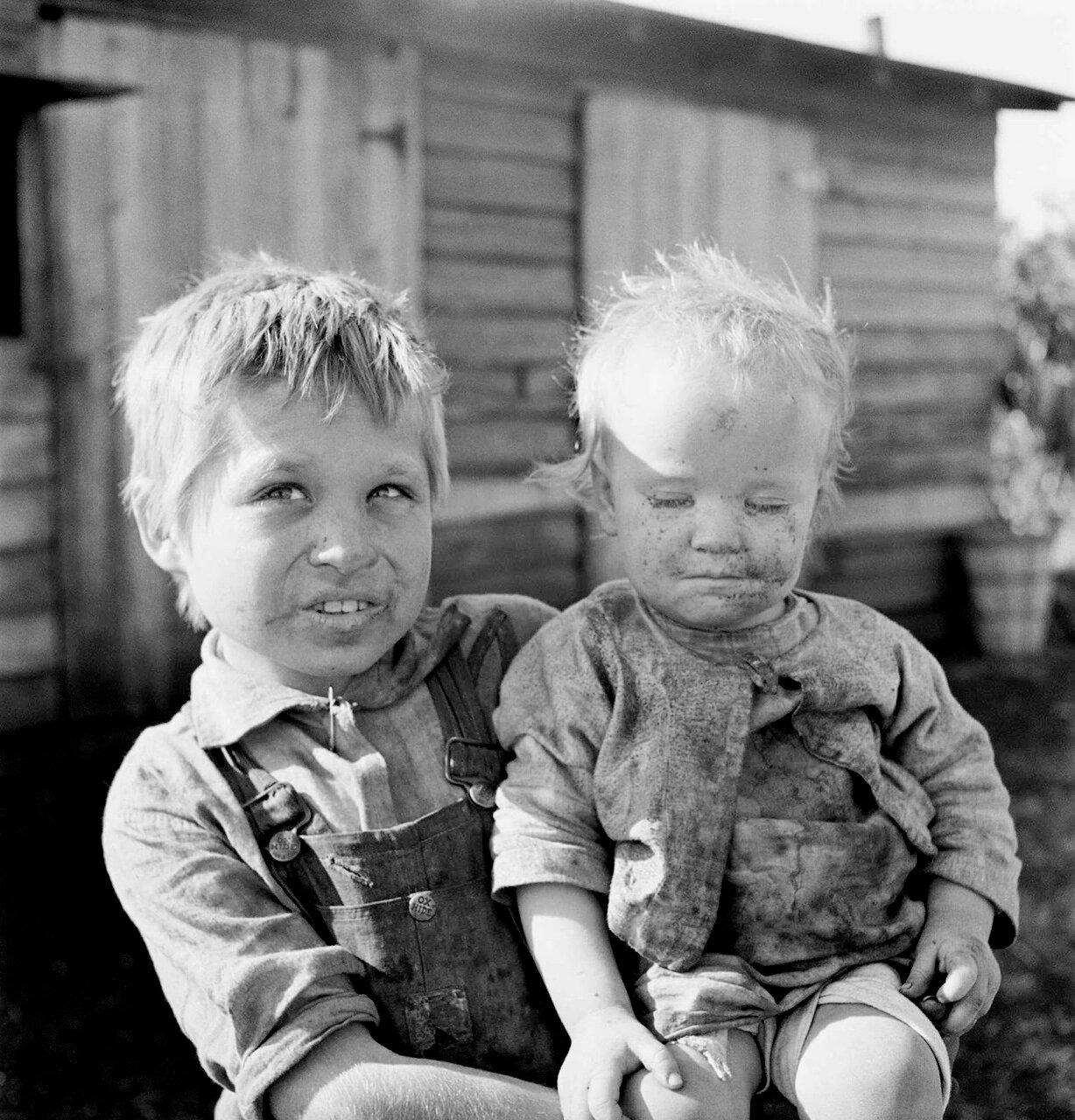 Дети сезонных рабочих. Матери тридцать два, у нее было одиннадцать детей, две пары близнецов, шесть из них еще живы. Бель Глейд, Флорида, 1939