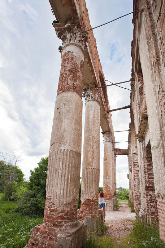 Кориннфские колонны дворца на Наре