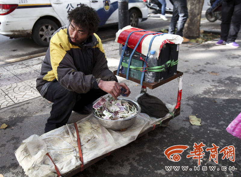 20131124hlj《77岁芮和喜大妈揭穿装残疾乞丐行骗》