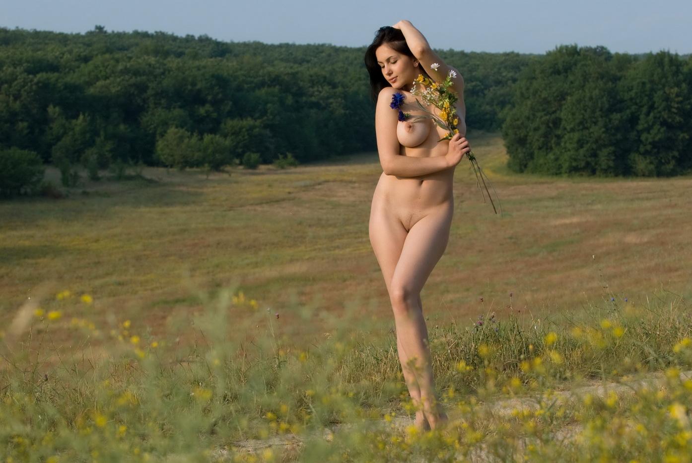 При молодые девки в поле ретро