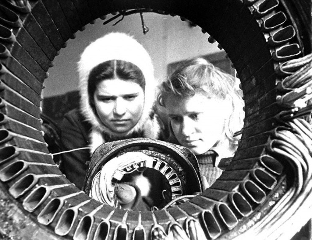 Дочери фронтовиков М.Борова и О.Бергамок проходят производственную практику по обмотке электромоторов в учебно-производственном комбинате Мосгорсобеса.  1943 г. Москва.